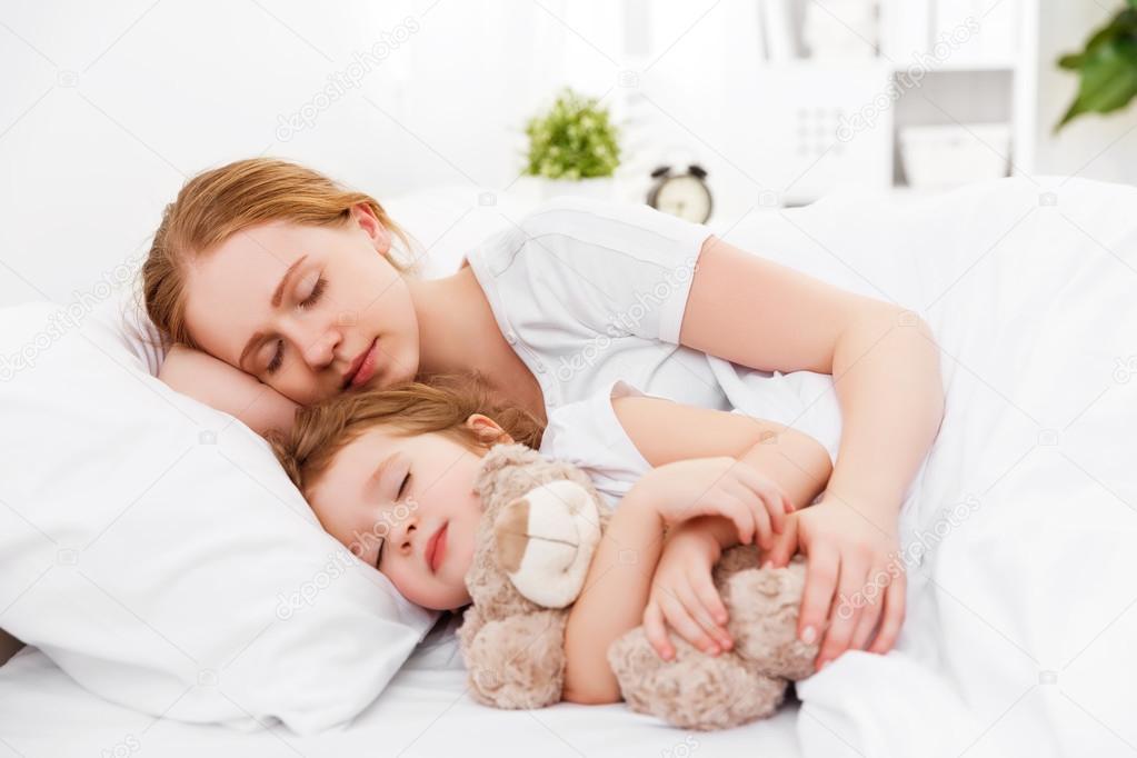 mae dorme com filho